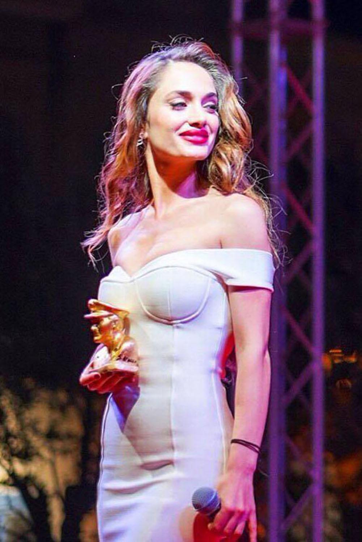 Social World Film Festival di Vico Equense Denise Capezza riceve il premio attrice rivelazione dell'anno per Gomorra La serie - sfila sul red carpet con un vestito bianco